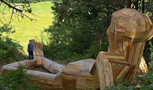 Thomas sulla montagna, gigante in legno riciclato