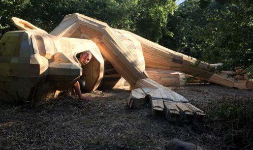 Louis dormiente, gigante in legno riciclato
