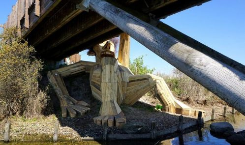 Oscar sotto il ponte, gigante in legno riciclato