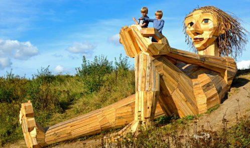 Trine sulla cima della collina, gigante in legno riciclato